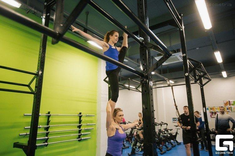 Упражнения на силу и гибкость в функциональной раме