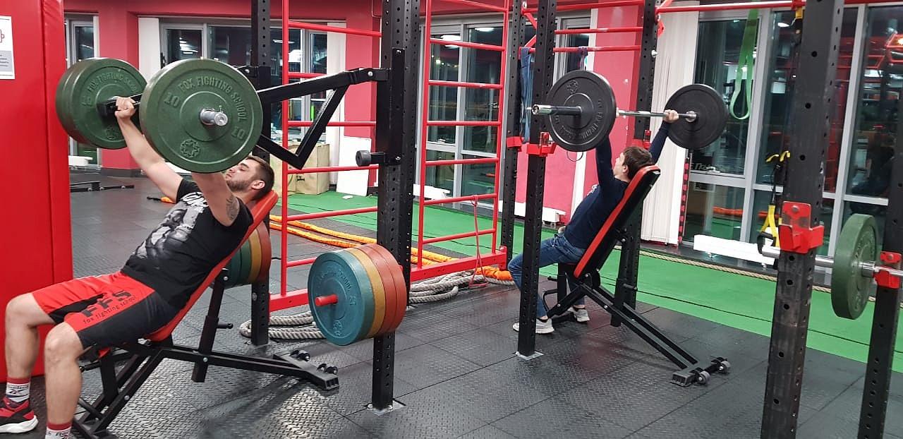 Тренировка со штангой и жим от груди со свободными весами